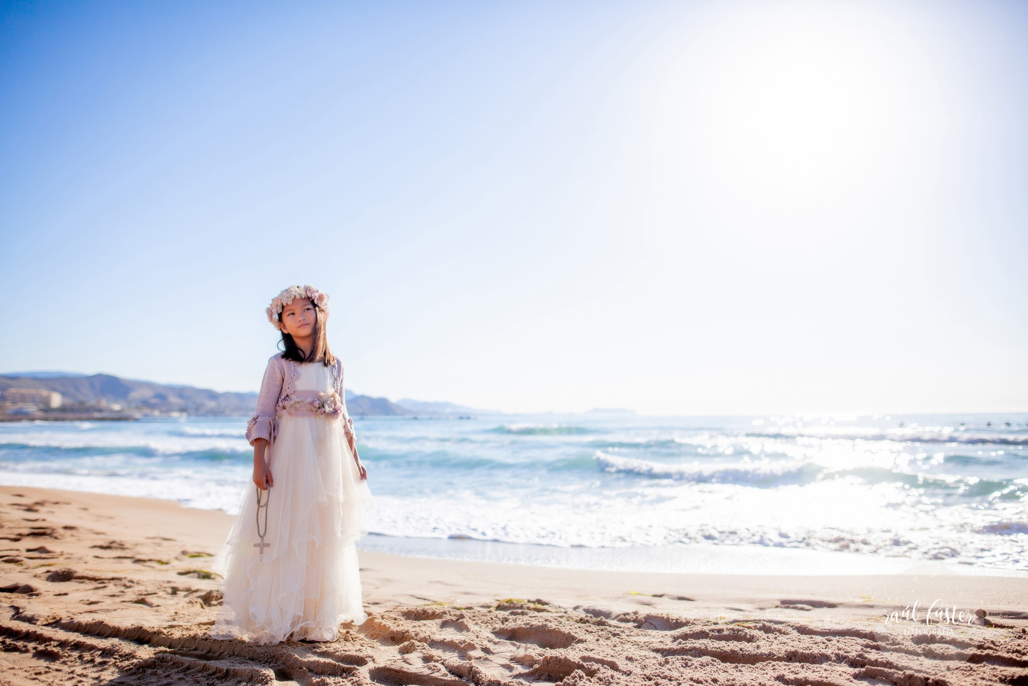 Raul-Fuster-Fotografía-Fotografo-Castalla-Alicante-Fotos-niña-Comunión-en-la-playa-vestido-Hortensia-Maeso-Diseñadora (6)