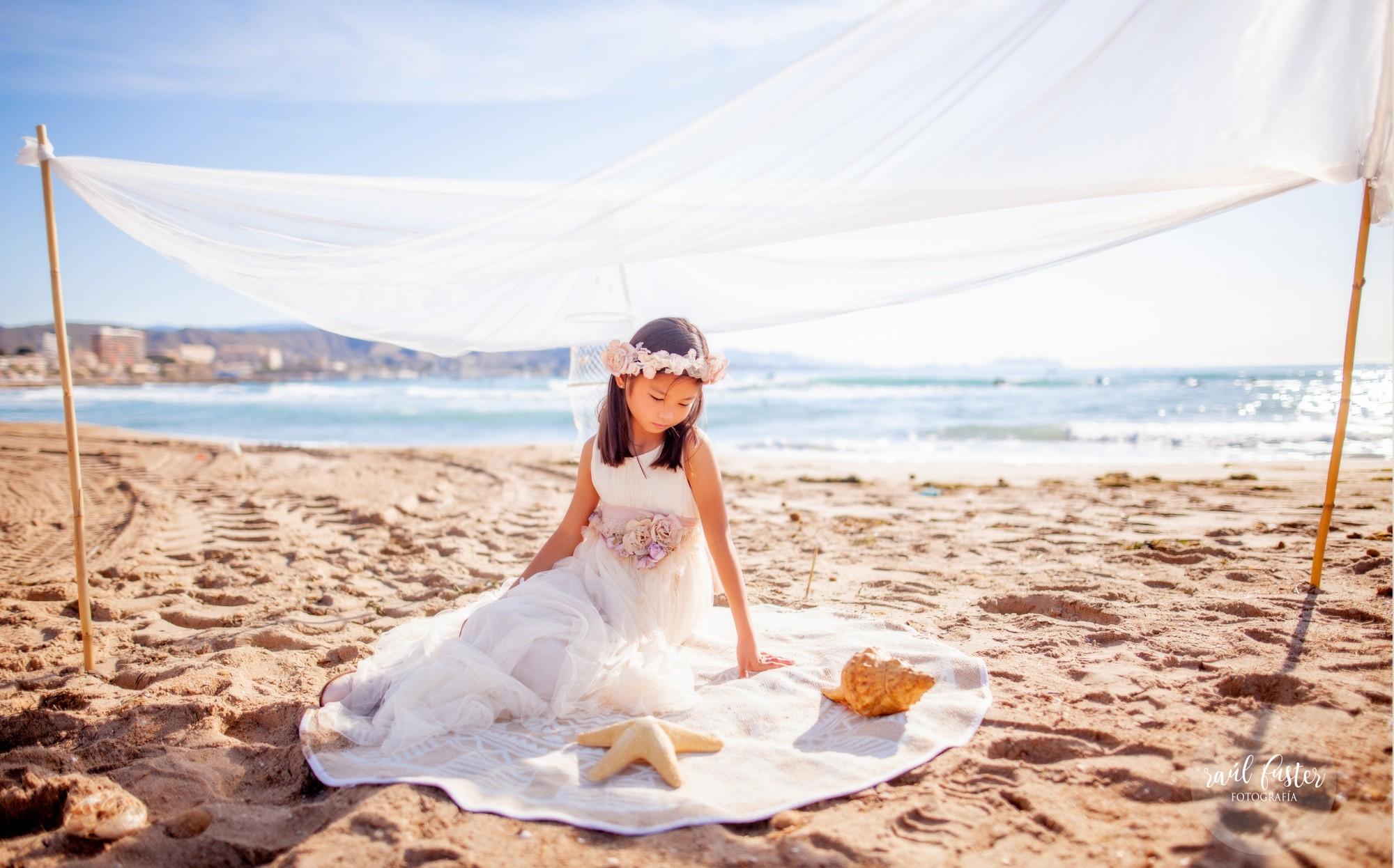 Raul-Fuster-Fotografía-Fotografo-Castalla-Alicante-Fotos-niña-Comunión-en-la-playa-vestido-Hortensia-Maeso-Diseñadora (8)